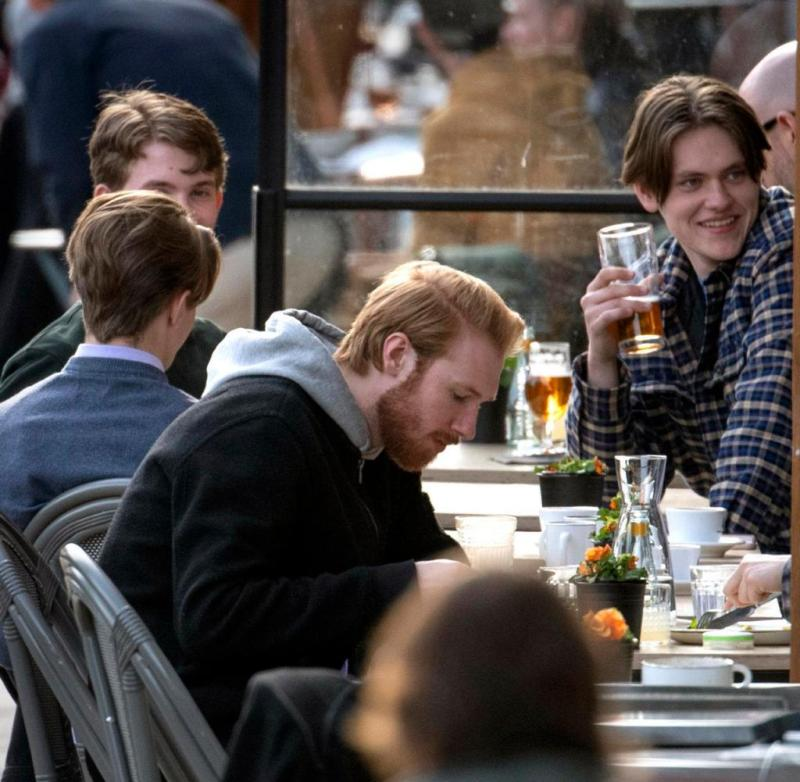 While in large parts of Europe people have to stay at home because of the coronavirus pandemic, the Swedes can continue to meet for beer, do sports and go to the hairdresser