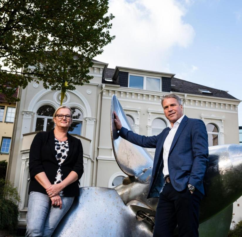 FRS manager Birte Dettmers and FRS managing director Götz Becker in front of the company headquarters in Flensburg