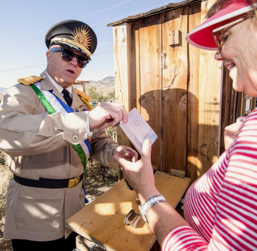 "Nevada (USA): Kevin Baugh (l.) Welcomes curious visitors to his little ""Military dictatorship "", the Republic of Molossia"
