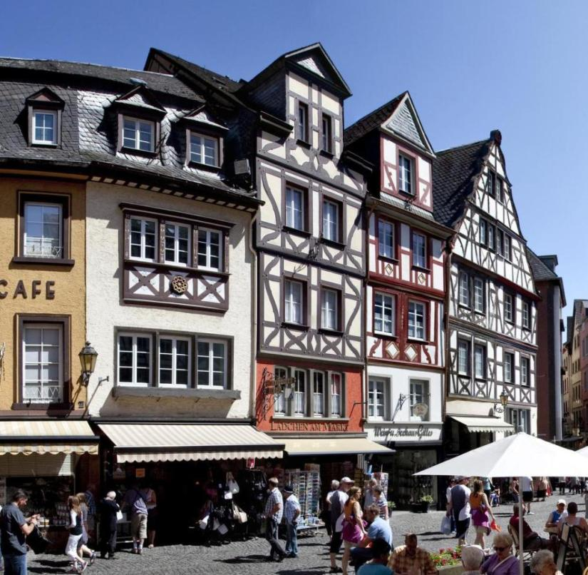 Rhineland-Palatinate: Half-timbering on the old market square in Cochem