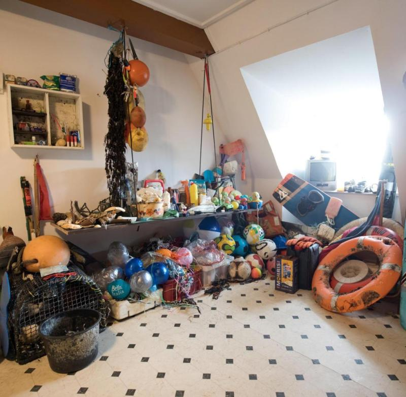 Showroom with lost and found items on Hallig Süderoog: According to estimates, around 20,000 tons of beach goods and garbage end up in the North Sea every year