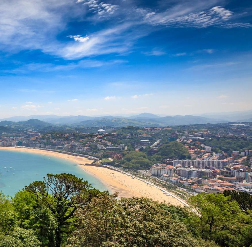 Fifth place in the ranking shows that city beaches can also inspire enthusiasm: La Concha beach in the Basque town of San Sebastián (Spain) is 1.5 kilometers long