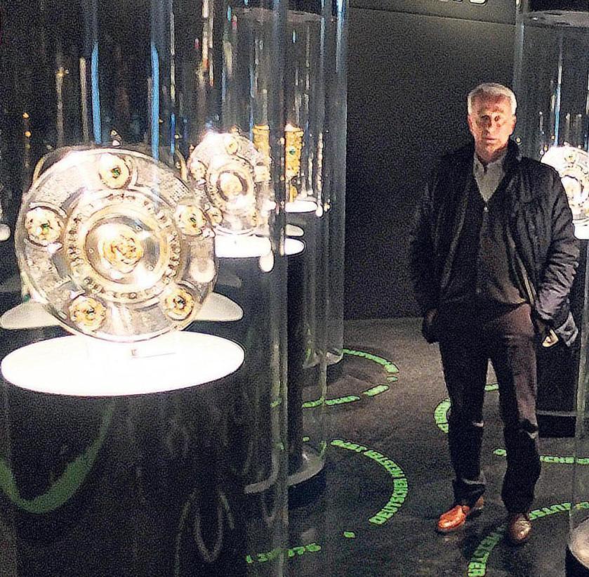 """""""No todos son míos"""", dice Rainer Bonhof entre los caparazones maestros, de los cuales ganó cuatro con el Borussia."""