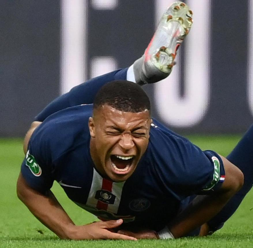 Superstar Kylian Mbappé was fouled by Loic Perrin.  Etienne's captain saw the red card for the offense after video evidence.  Mbappé left the place with tears in his eyes