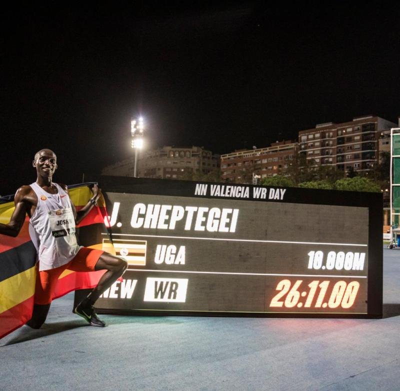 Joshua Cheptegei from Uganda poses in Valencia next to a screen with his new record over 10,000 meters: 26:11:00 minutes and thus more than six seconds below the 15-year-old record of the Ethiopian runner Kenenisa Bekele