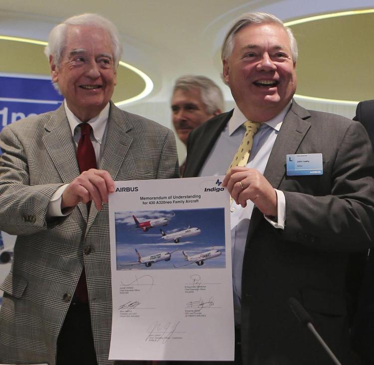 Bill Franke (l), Gründer von Indigo Partners, und Airbus-Verkaufschef John Leahy