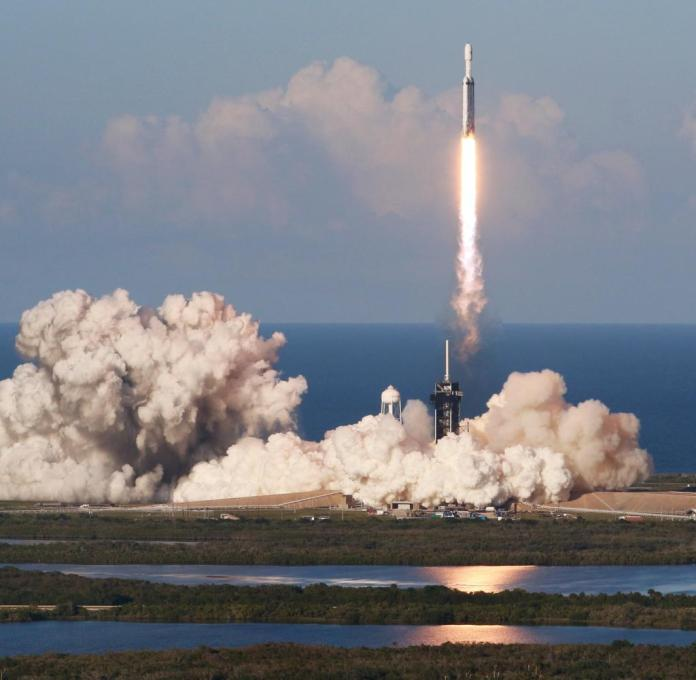 The Falcon Heavy rocket yesterday at the time of the launch from the Cape Canaveral spaceport
