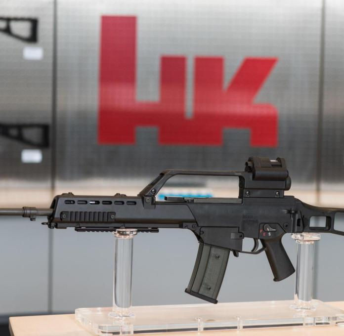 "ARCHIVE - 26.01.2017, Baden-Wuerttemberg, Oberndorf: The G36 assault rifle is in an exhibition room at the weapons manufacturer Heckler & Koch. (to dpa ""dispute over the assault rifle - Heckler & Koch criticized ministry"") Photo: Patrick Seeger / dpa +++ dpa-Bildfunk +++"
