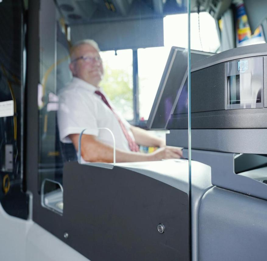 A bus driver behind a Plexiglas pane: insidious reflections make it difficult to see through