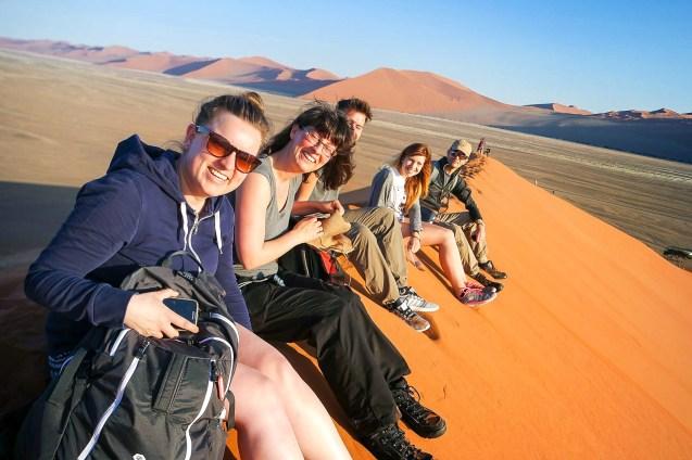 Reisegruppe auf dem Dünenkamm in Sossusvlei