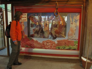 Beim Fleischer hängen halbe Rinder in der Auslage