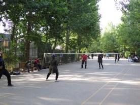 Sportliche Iranerinnen im gemischten Doppel