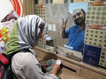 beim Geldwechseln im Bazar