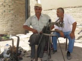 Schuster auf dem Markt