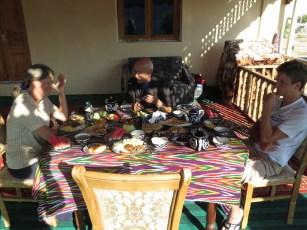 wunderbares Frühstück auf der Terrasse in Khiva