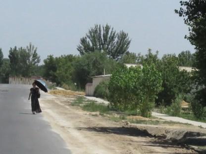 viele Frauen wandeln mit Sonnenschirmen