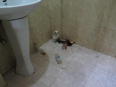 kleiner Flurschaden im Badezimmer: zerbrochene Flasche