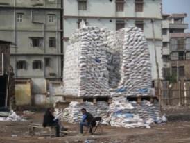 An dieser Stelle war eine Militärstation. Nach dem Rückbau fand man ein Massengrab in einer Ecke. Das Militär (meist aus Kaschmir) hat in Manipur Sonderrechte, z.B. willkürliche Verhaftungen und Erschießungen. Nicht früher- jetzt!