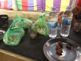 Die Gastgeschenke für die Trauergäste: Süßer Puffreis, Kekse und Wasser