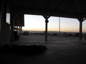 Übernachtung auf dem Betonboden vor dem Touristinformationcenter in Jawbone