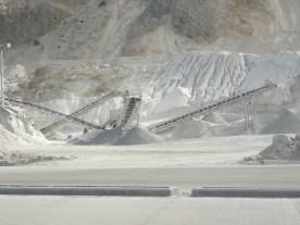 Der Berg wird an Ort und Stelle gefräst für die Betonpiste.