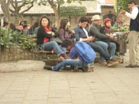 selten: Schuhputzer an Frauen-Stiefeln