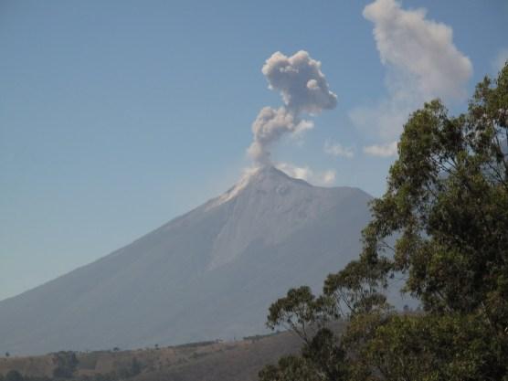 Vulcano Fuego (Feuervulkan): er raucht und spotzt bei Tag ...