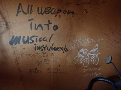 Alle Waffen zu Musikinstrumenten!