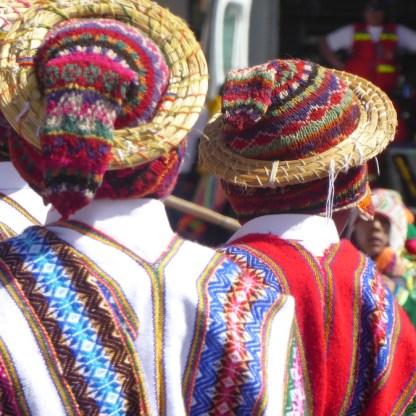 Peru-Cusco-feiert-Huete-Maenner