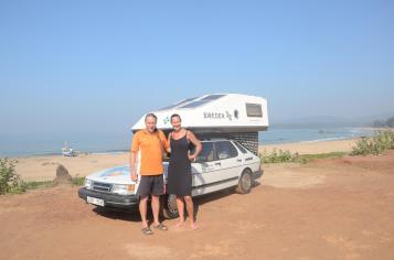 Bert und Catharina vor ihrem Saab