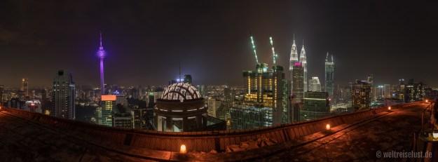 Auch bei Nacht dominieren die Petronas-Türme das Stadtbild