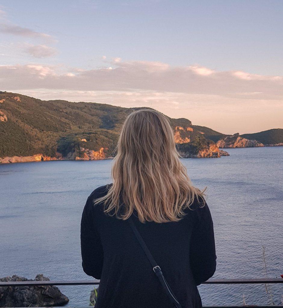 Mädchen schaut aufs Meer