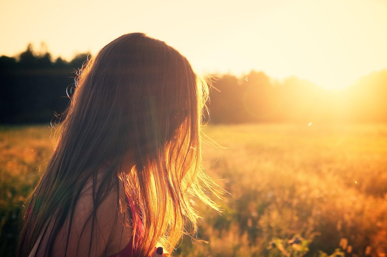 Vrouw kijkt in de zon