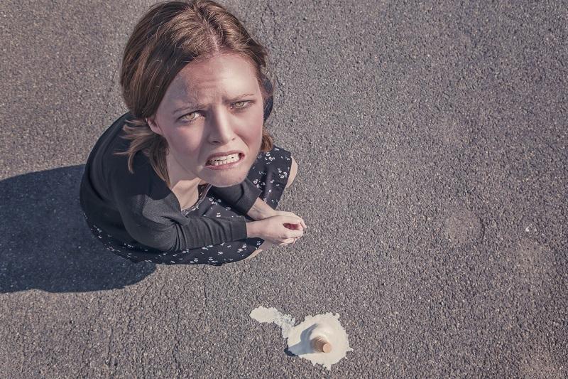 Vrouw laat bekertje vallen