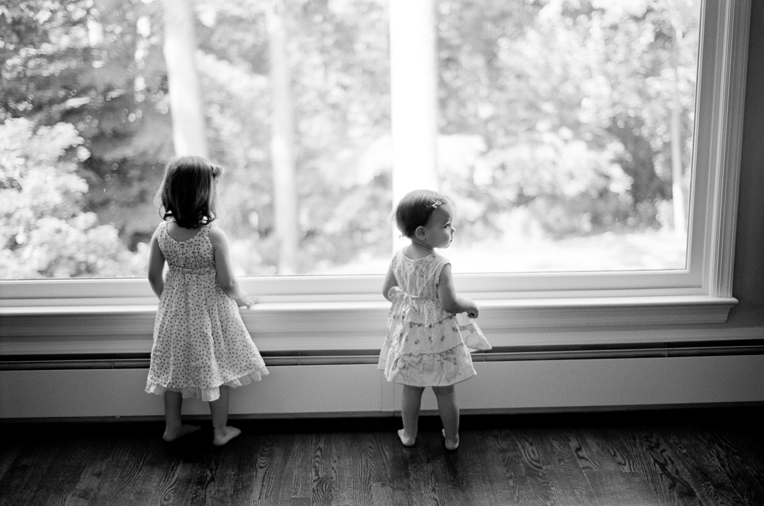 bnw photos of sisters at home by wendy g photography