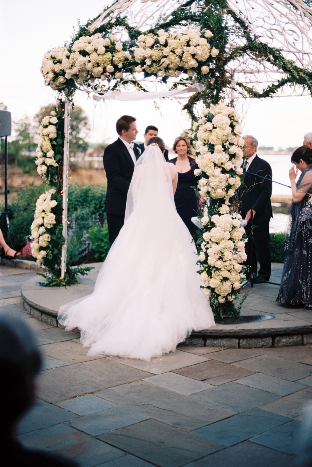 mamaroneck beach yacht club outdoor wedding ceremony by wendy g photography