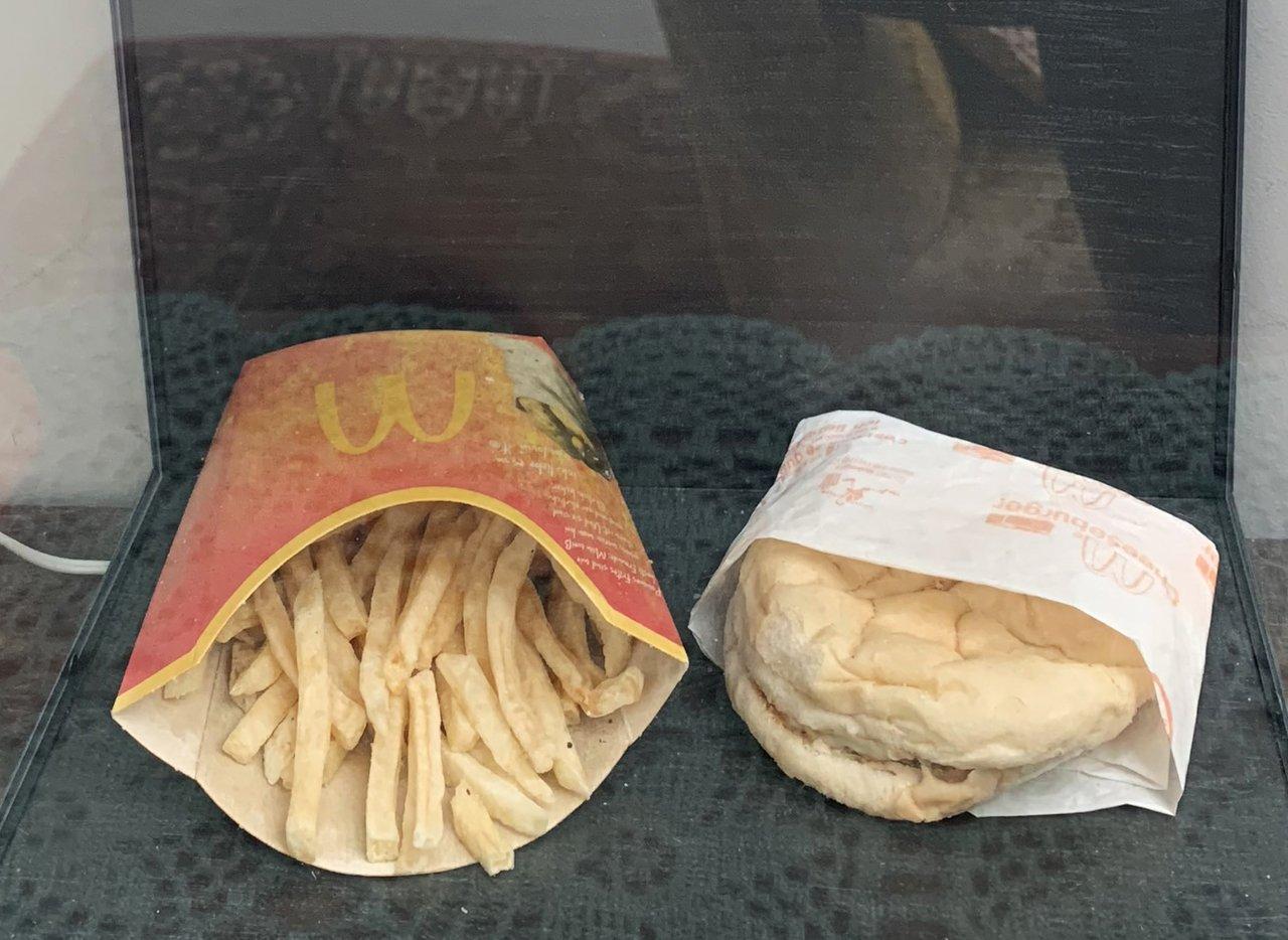 都说麦当劳汉堡薯条不腐烂 摆十年变成啥样?(图)