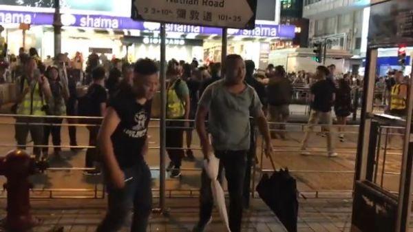 """""""东北3兄弟血战800废青"""" 微博被捧成""""英雄""""(视)"""