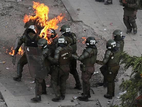 兩女警被燃燒瓶扔中全身著火,官員怒斥示威者