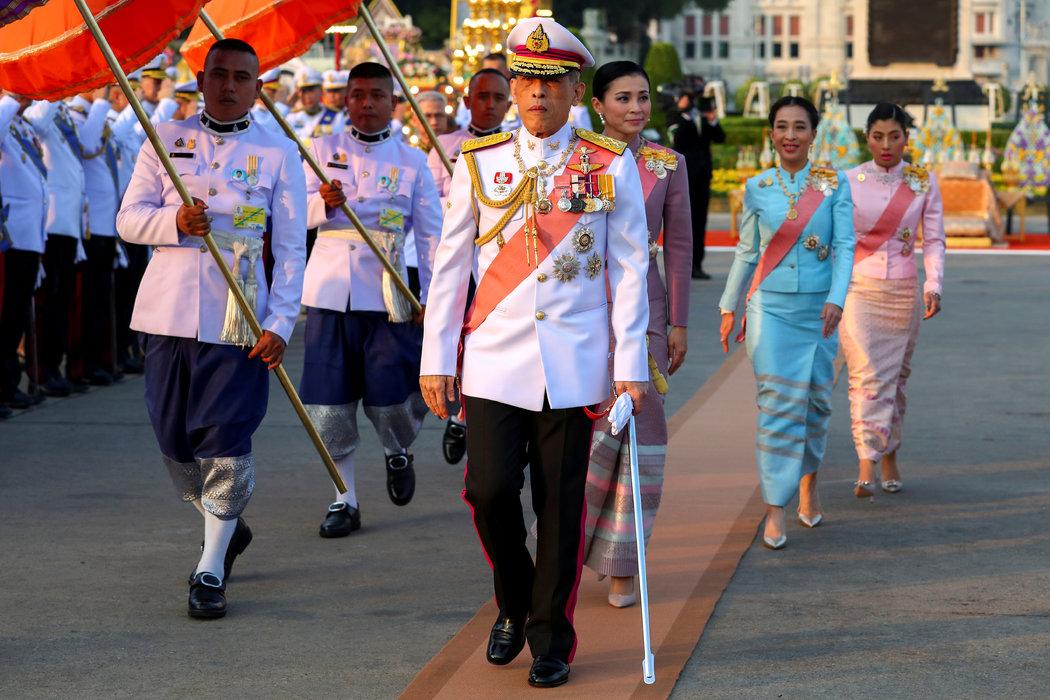 瑪哈·哇集拉隆功國王采取了引人注目的措施,似乎鞏固了他的權威。