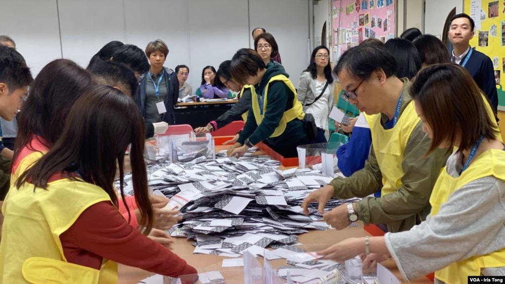 本届香港区议会选举投票率创下71.2%的历史新高。(美国之音汤惠芸拍摄)