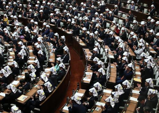 日本国会议员集体带安全帽开会 现场笑声不断(图)