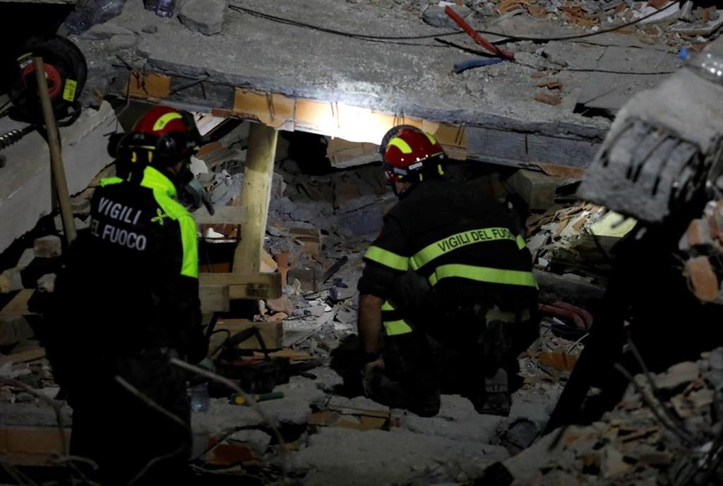 阿爾巴尼亞26日發生數十年來最強地震,死亡人數已增至30人。圖為義大利搜救隊在西部港市杜拉索搜救。(路透社提供)