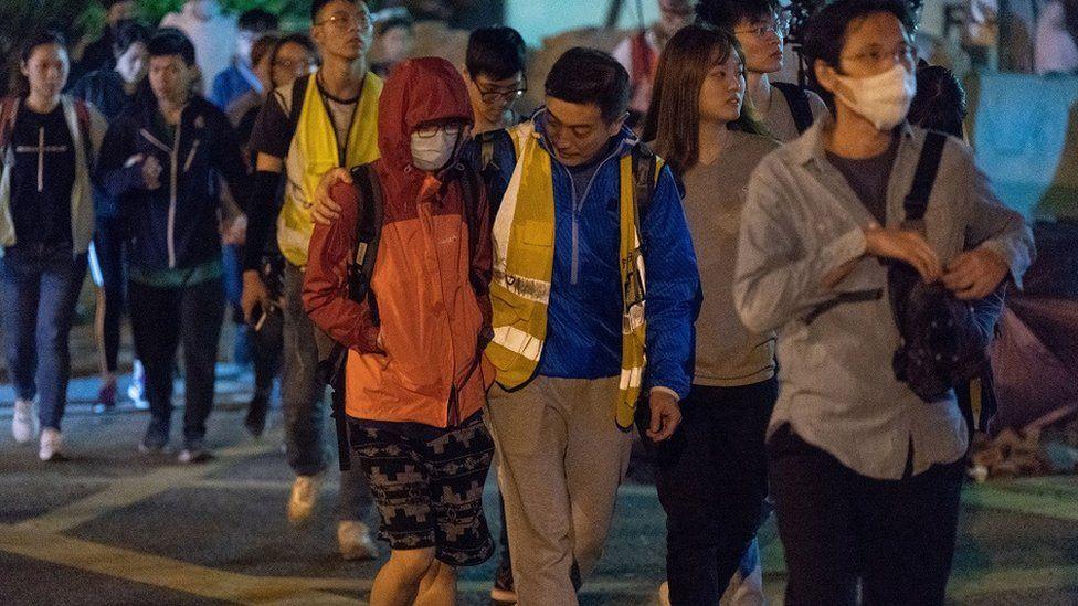 示威者在教职人员等陪同下离开理工大学