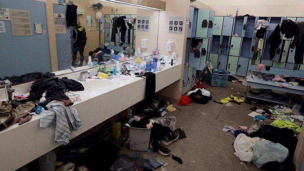 示威者离开理工大学后,更衣室一片狼藉