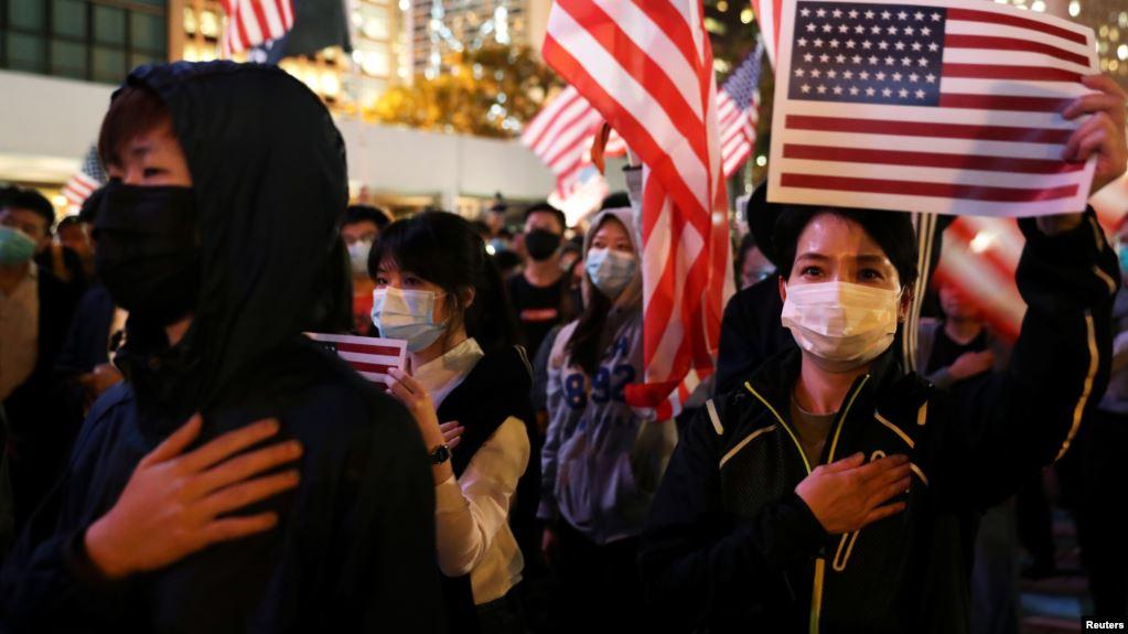 香港民众汇集在中环爱丁堡广场手举美国国旗举行感恩节集会。(2019年11月28日)