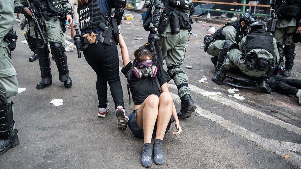 女示威者被警方逮捕拖走