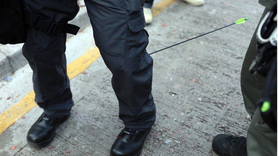 一名警方传媒联络员小腿中箭