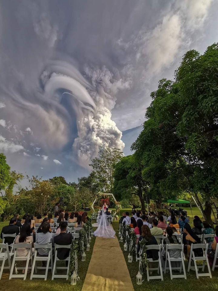 震撼婚禮照!新郎新娘火山噴發下緊張互許誓言(組圖)