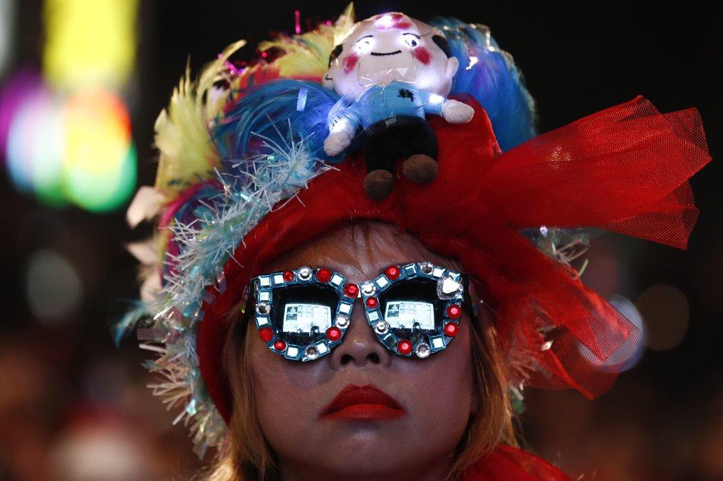 周六,一名韓國瑜的支持者在觀看總統選舉的結果。